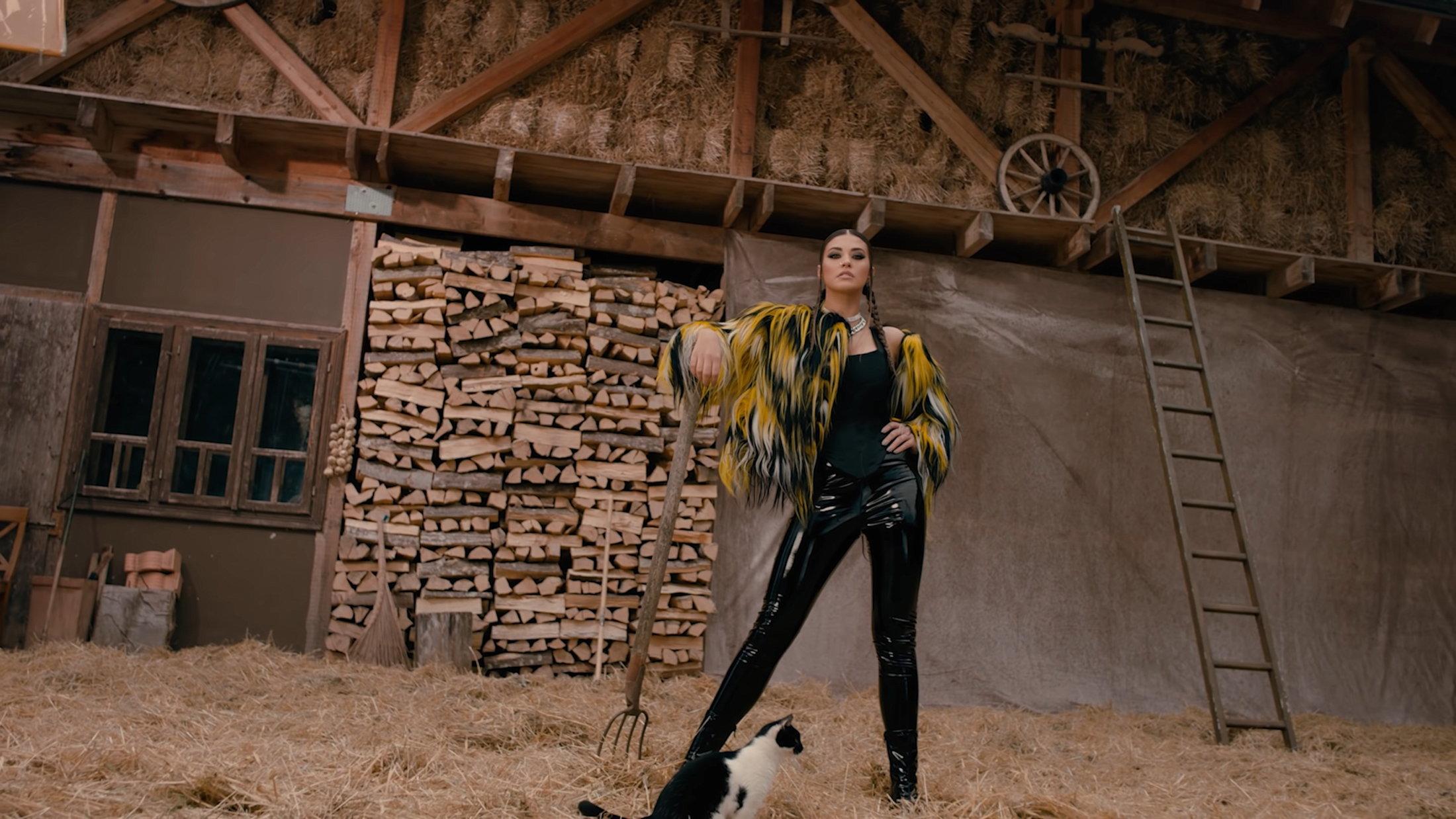 ANTONIA X Yoss Bones - Dinero Official Video 0-25 Screenshot